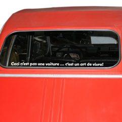 « Ceci n'est pas une voiture … c'est un art de vivre! » Police 1, couleur au choix!